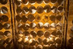 Нижний взгляд въетнамских конических шляп вися на клетке Стоковое Изображение RF