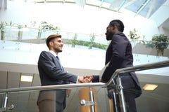 Нижний взгляд говорить встречи компьтер-книжки стола cmputer бизнесмена дела сь к использованию женщины Афро-американский бизнесм стоковое изображение