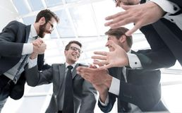 Нижний взгляд группа в составе бизнесмены демонстрируя их succe стоковые фотографии rf