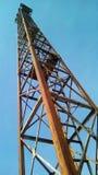 Нижний взгляд железнодорожного прожектора против голубого неба стоковые изображения rf