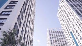 Нижний взгляд жилых домов с голубым небом Рамка Нижний взгляд фасада современного multi дома этажа стоковая фотография