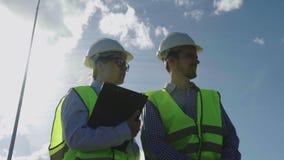 Нижний взгляд инженер и мастер строительного проекта дома акции видеоматериалы