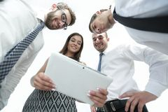 Нижний взгляд команды дела смотря цифровую таблетку Стоковые Фотографии RF