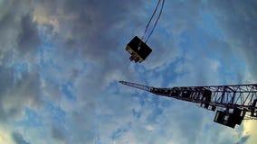 Нижний взгляд корзины человека крана поднимаясь, опасное занятие, промышленное акции видеоматериалы