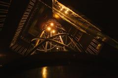 Нижний взгляд Лестница в стиле футуристического кибер панковском загоренном палевым теплым светом предпосылка футуристическая Стоковая Фотография RF