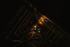 Нижний взгляд Лестница в стиле футуристического кибер панковском загоренном палевым теплым светом предпосылка футуристическая Стоковое фото RF