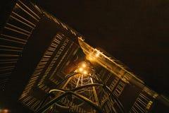 Нижний взгляд Лестница в стиле футуристического кибер панковском загоренном палевым теплым светом предпосылка футуристическая Стоковые Фото