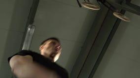 Нижний взгляд молодого сильного человека делая Crossfit сток-видео