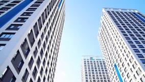 Нижний взгляд новых жилых многоэтажных зданий с голубым небом городская среда Рамка Самые новые жилые комплексы стоковое изображение rf