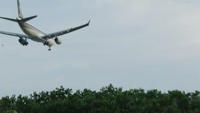 Нижний взгляд плоского принимает над парком летания города среди ясного голубого неба съемка самолет Низко-летания над парком видеоматериал