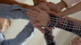 Нижний взгляд рук положенных совместно в круг Запас рук outdoors Зачатие единства, приятельства, отношений и акции видеоматериалы