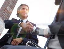 Нижний взгляд уверенно рукопожатие деловых партнеров стоковые изображения