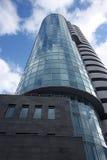 Нижний взгляд красивого мульти-этажа отразил здание бизнес-центра кобры на предпосылке хмурого облачного неба стоковое изображение rf