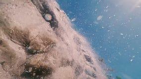 Нижний взгляд малого каменистого водопада Падения понижаются вниз на камеру видеоматериал
