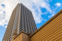 Нижний взгляд небоскреба за кирпичной стеной, Атлантой, США Стоковые Фотографии RF
