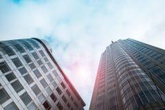 Нижний взгляд небоскребов с влиянием фильтра пирофакела объектива нидерландский rotterdam Стоковое Изображение RF