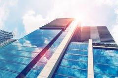 Нижний взгляд современного высокого здания в финансовом районе на солнцах Стоковое Фото