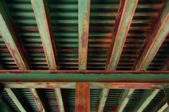 нижняя сторона козелка поезда моста ржавея Стоковые Изображения