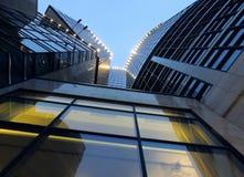 Нижняя съемка большого административного здания с светами на стене на ноче Стоковое фото RF
