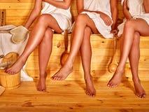 Нижняя часть женских ног в сауне Стоковые Изображения