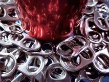 Нижняя часть красной чонсервной банкы напитка на куче плат стоковое изображение rf