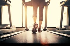 Нижняя часть тела на части ног девушки фитнеса бежать на идущем machi Стоковые Фото