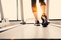 Нижняя часть тела на части ног девушки фитнеса бежать на идущем machi Стоковые Фотографии RF