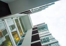 Низкая выгодная позиция к высокому зданию подъема, смотря до s стоковая фотография
