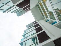 Низкая выгодная позиция к высокому зданию подъема, смотря до s стоковое фото rf