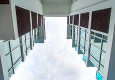 Низкая выгодная позиция к высокому зданию подъема, смотря до s стоковое фото