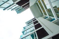 Низкая выгодная позиция к высокому зданию подъема стоковые фото