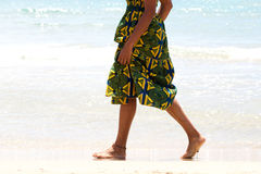 Низкая женщина раздела идя barefoot вдоль seashore Стоковое Изображение