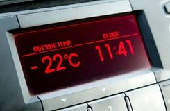 Низкая температура на дисплее автомобиля холодная зима Стоковое фото RF