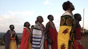Низкая угловая съемка группы в составе женщины и люди maasai от деревни около танцев mara maasai видеоматериал