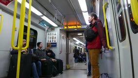Низкая угловая съемка людей принимая skytrain в Ванкувере видеоматериал