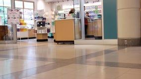 Низкая угловая съемка людей ходя по магазинам внутри торгового центра Burnaby сток-видео