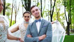 Низкая угловая съемка 3 невест танцуя вокруг одна холит стоять все еще outdoors видеоматериал