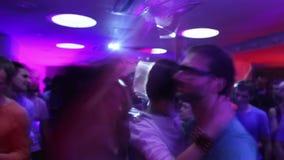 Низкая частота кадров сняла подростковой толпы двигая дальше танцплощадку обнимать пар сток-видео