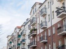 Низкие жилые дома подъема с балконами Стоковые Фото