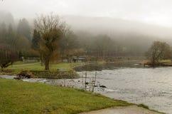 Низкие облака смертной казни через повешение рекой Стоковое Изображение RF