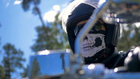 Низкий взгляд крупного плана на мотоциклисты возглавляет Портрет сток-видео