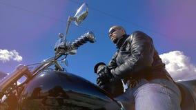 Низкий взгляд на мотоциклисте нося черные солнечные очки 4K видеоматериал