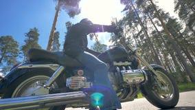 Низкий взгляд на человеке сидя на его велосипеде Мотоциклист акции видеоматериалы