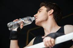 Низкий взгляд питьевой воды боксера на кольце Стоковое Изображение