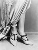 Низкий взгляд раздела ботинок женщины нося (все показанные люди более длинные живущие и никакое имущество не существует Гарантии  стоковая фотография