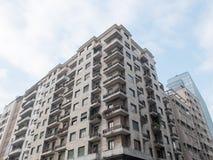 Низкий жилой дом подъема с угловыми балконами Стоковое Фото