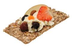 Низкий калорийный открытый сандвич Изолировано на белизне Стоковое Изображение RF