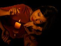 Низкий ключевой портрет молодой милой женщины с свечой и reflectio Стоковые Изображения