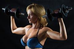Низкий ключевой силуэт молодой женщины фитнеса тантьемы Стоковые Изображения