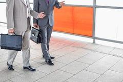 Низкий раздел бизнесменов связывая пока идущ в железнодорожную станцию Стоковое фото RF